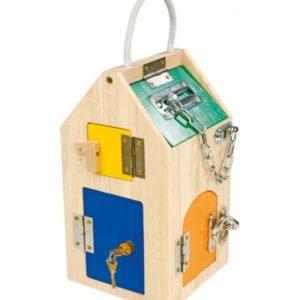 Casa de madera con cerraduras